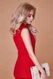 Rivestimento del vestito di bella usura graziosa sexy della ragazza e pantaloni di seta rossi s Fotografie Stock