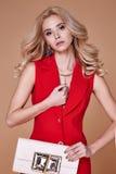 Rivestimento del vestito di bella usura graziosa sexy della ragazza e pantaloni di seta rossi s Immagine Stock