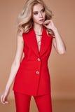 Rivestimento del vestito di bella usura graziosa sexy della ragazza e pantaloni di seta rossi s Immagini Stock Libere da Diritti