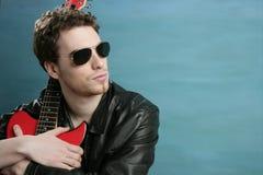 Rivestimento di cuoio degli occhiali da sole dell'uomo del rock star della chitarra Fotografia Stock