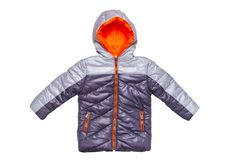 Rivestimento di inverno isolato Un piumino caldo nero alla moda con rivestimento arancio per i bambini isolati su un fondo bianco fotografia stock libera da diritti