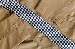 Rivestimento di modo di Brown con la cravatta in bianco e nero Fotografia Stock