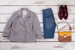 Rivestimento e blue jeans grigi Fotografia Stock Libera da Diritti