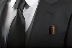 Rivestimento e legame con il sigaro cubano nella tasca, modo italiano Immagini Stock Libere da Diritti