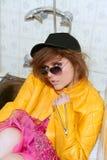 Rivestimento giallo della donna della metafora di modo di anni '80 fotografia stock