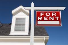 Rivestimento giusto per il segno di Real Estate di affitto davanti alla Camera Fotografia Stock