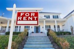 Rivestimento giusto per il segno di Real Estate di affitto davanti alla Camera Fotografie Stock Libere da Diritti