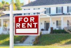 Rivestimento giusto per il segno di Real Estate di affitto davanti alla Camera Immagini Stock