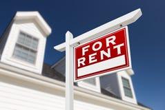 Rivestimento giusto per il segno di Real Estate di affitto davanti alla Camera e a Dee Immagini Stock
