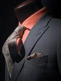 Rivestimento grigio con la camicia, il legame & il fazzoletto arancioni Fotografia Stock Libera da Diritti