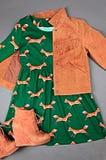 Rivestimento guarnito della pelle scamosciata della tasca, vestito con la stampa animale, stivale marrone Fotografie Stock