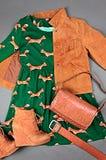 Rivestimento guarnito della pelle scamosciata della tasca, vestito con la stampa animale, stivale marrone Fotografia Stock Libera da Diritti