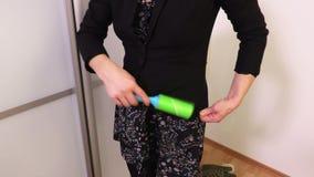 Rivestimento pulito della donna prima di andare lavorare stock footage