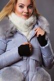 Rivestimento simile a pelliccia caldo d'uso di inverno della donna Immagine Stock Libera da Diritti