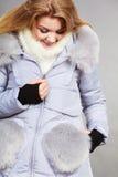 Rivestimento simile a pelliccia caldo d'uso di inverno della donna felice Immagini Stock Libere da Diritti