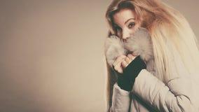 Rivestimento simile a pelliccia caldo d'uso di inverno della donna felice Immagine Stock Libera da Diritti