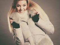 Rivestimento simile a pelliccia caldo d'uso di inverno della donna felice Immagini Stock