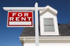 Rivestimento sinistro per il segno di Real Estate di affitto davanti alla Camera ed in profondità Fotografie Stock Libere da Diritti