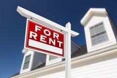 Rivestimento sinistro per il segno di Real Estate di affitto davanti alla Camera ed in profondità Fotografia Stock