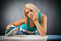 Rivestire di ferro annoiato della giovane donna Fotografia Stock Libera da Diritti