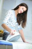 Rivestire di ferro della giovane donna. immagini stock libere da diritti
