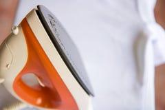 Rivestire di ferro il panno con il ferro della corrente Immagine Stock