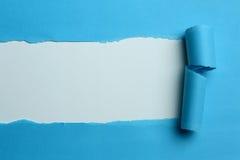 Rivet blått papper royaltyfri foto