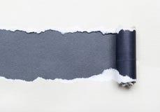 Rivet papper med avstånd för din bokstav arkivfoto