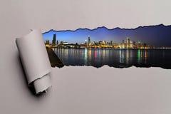Rivet papper med Chicago horisont royaltyfri foto