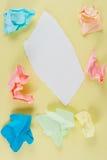 rivet skrynkligt papper arkivfoto