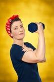 Rivettatrice di sollevamento del rosie del peso della donna fotografia stock libera da diritti