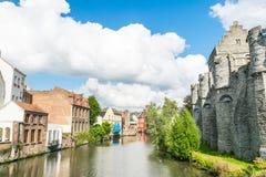 Rivière à côté de Gravensteen, Ghante, Belgique Photographie stock libre de droits