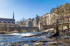 Rivière Alzette et la fortification au Luxembourg photographie stock libre de droits