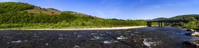 Rivière aux montagnes carpathiennes images stock