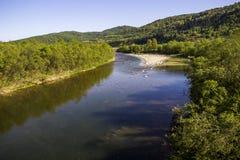 Rivière aux montagnes carpathiennes images libres de droits