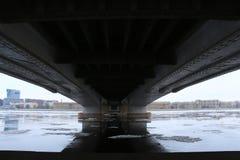 Rivière avec de la glace de flottement sous le pont photo libre de droits