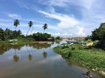 Rivière avec des bateaux de pêche Images stock