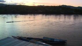 Rivière avec des montagnes pendant le coucher du soleil clips vidéos