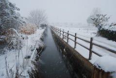 Rivière avec la neige Photo stock