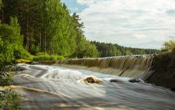Rivière avec le courant rapide en été, Photo stock