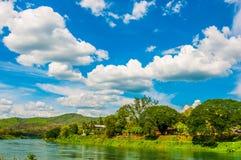 Rivière avec le fond de ciel de collines Photos libres de droits