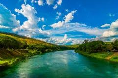 Rivière avec le fond de ciel de collines Photo libre de droits