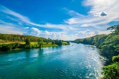Rivière avec le fond de ciel de collines Images stock
