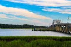 Rivière avec le pont fonctionnant à travers lui Photographie stock