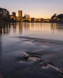 Rivière avec le pont historique photographie stock libre de droits