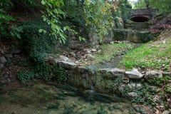 Rivière avec les pierres et le brige Photos libres de droits