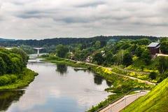 Rivière avec un pont à travers Photographie stock libre de droits
