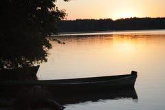 Rivière, bateau, coucher du soleil, soirée, romane photos libres de droits