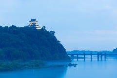 Rivière bleue H de soirée d'heure de château éloigné d'Inuyama Photographie stock libre de droits