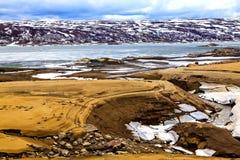 Rivière, côte, montagnes et lac de banc Image stock